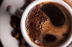 Kahvikuppi mustaa kahvia