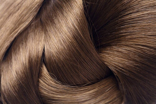 Neljä keinoa hiusten luonnolliseen vahvistamiseen