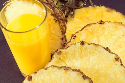 Keltainen smoothie auttaa ruuansulatukseen.