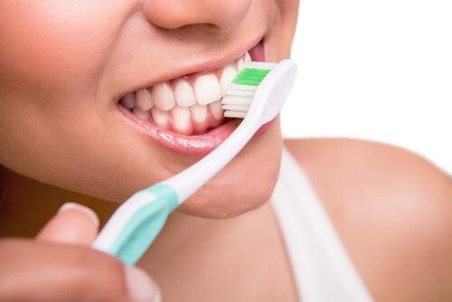 Hampaiden harjaus on tärkeää.