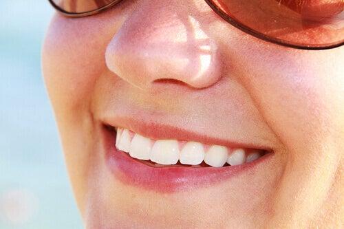 Hampaiden valkaisu luonnollisesti.