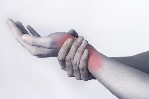 Niveltulehdus voi aiheuttaa kipua