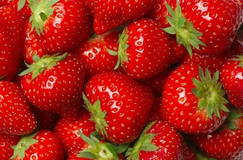Mansikoiden C-vitamiini auttaa taistelemaan niveltulehdusta vastaan