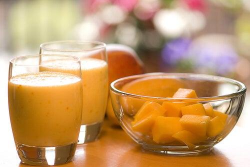 Oranssista smoothiesta on apua ummetukseen.
