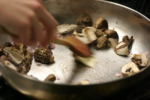 ruoanlaiton myrkyllinen puoli: sienet, pannut
