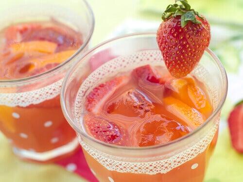 Detox-kuuri luonnollisella mansikkavedellä