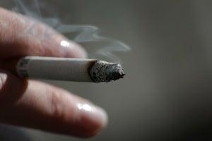 Tupakka kädessä