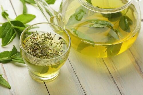 Vihreää teetä lasissa