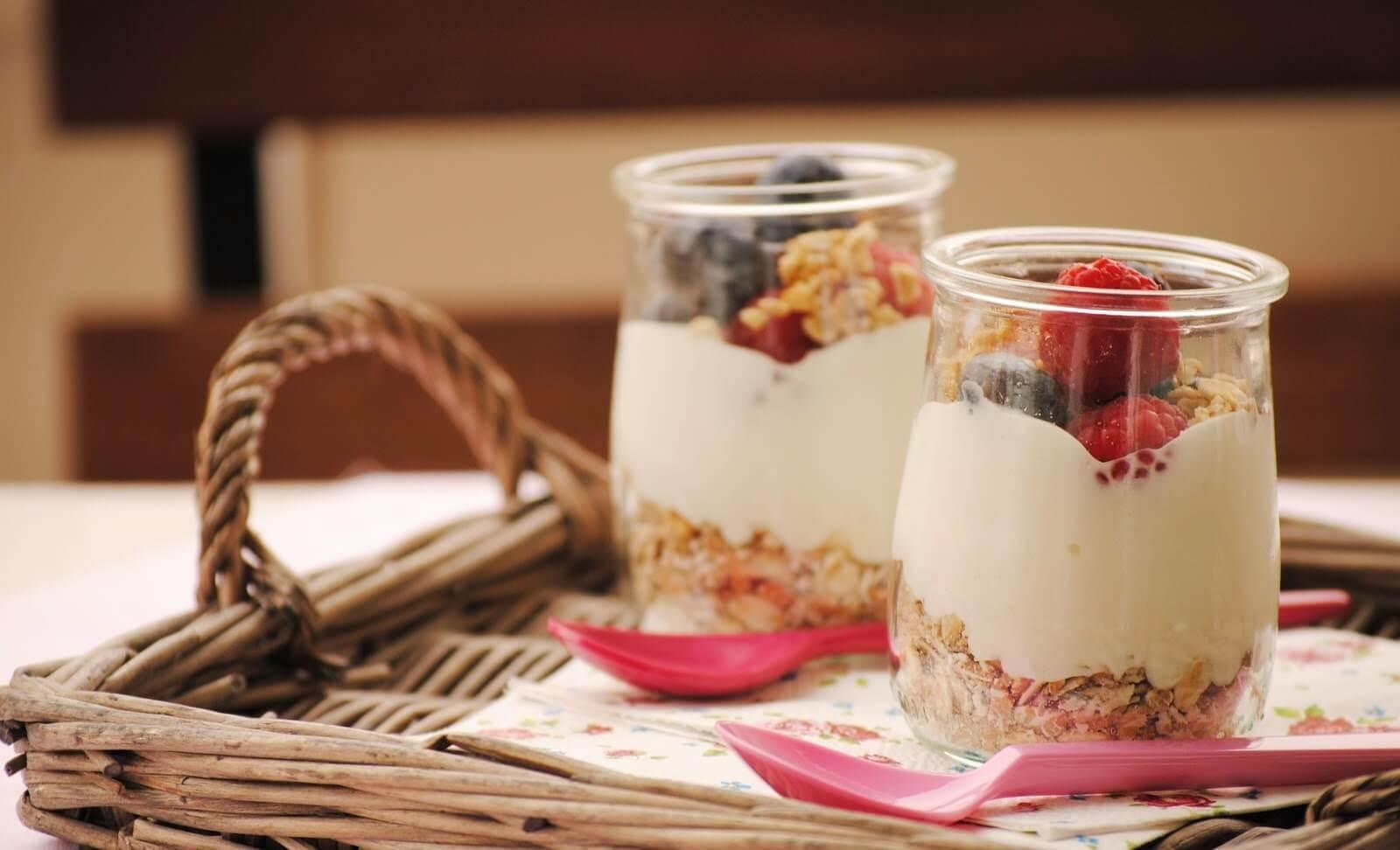 terveelliset aamiaiset: kaura ja jogurtti