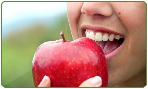 haukkaa omenaa