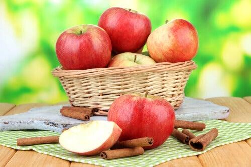 Auta elimistöä poistamaan myrkkyjä omenoiden avulla.