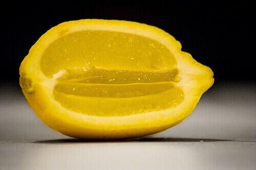 puhtaaksi sitruunalla puolikas sitruuna