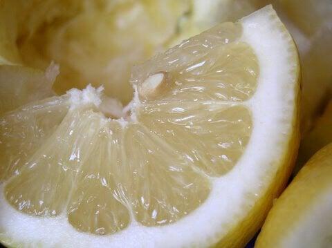 sitruunalohko puhtaaksi sitruunalla