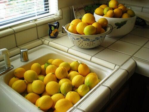 sitruunoista luonnollisia puhdistusaineita