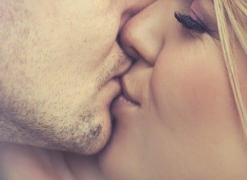 Suudelma parantaa itsetuntoa.