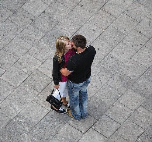 Suutelemisen terveyshyödyt - auttaa lievittämään masennusta.