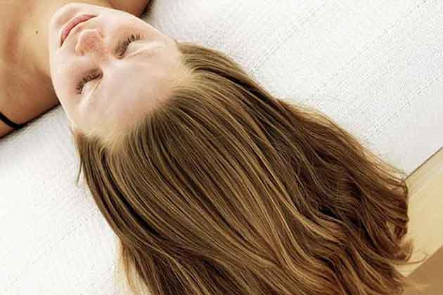 Voit käyttää omenaviinietikkaa kauneudenhoitoon - hiusten elvyttämiseen.