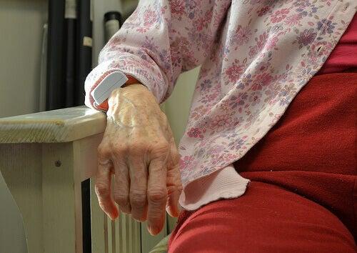 Merkkejä Alzheimerin taudista ovat mm. muistinmenetys ja alentuneet kognitiiviset toiminnot.