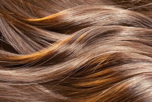 Luonnolliset hoidot edistämään hiusten kasvua