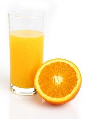 Appelsiinimehun juomisella on monia terveyttä edistäviä vaikutuksia.