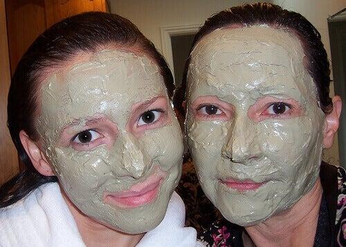 naiset ja ihonhoito