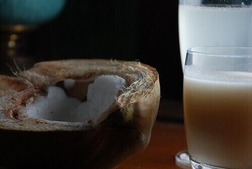 Kookosmaitoa voi käyttää tummien läikkien hoitoon.