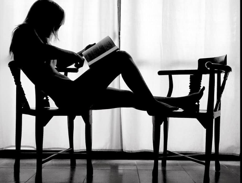nainen_lukee_tuolissa