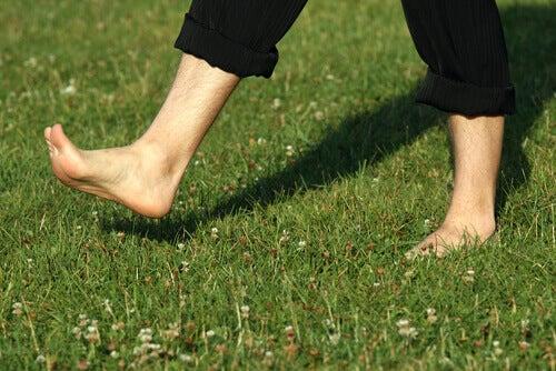 hoida kipeitä jalkapohjia kävelemällä paljain jaloin
