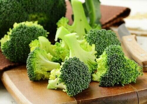 Parsakaali sisältää K- vitamiinia.