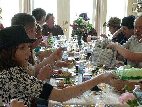 iso perhe syö yhdessä