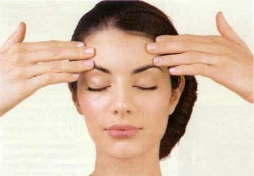 Harjoituksia kasvojen kiinteyttämiseksi ja ryppyjen vähentämiseksi