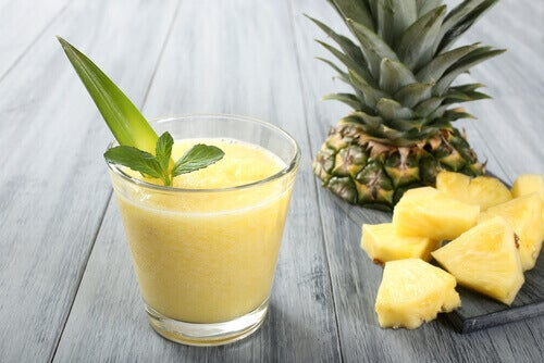 Erilaiset smoothiet painonpudotuksen apuna - ananas ja aloe vera- smoothie.