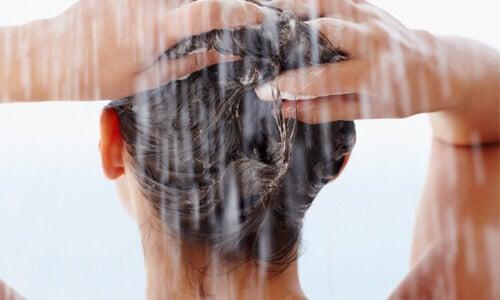 kauniimmat hiukset hiustenpesu suihkussa