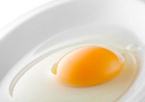 Kananmunan keltuainen silottaa hiusta.