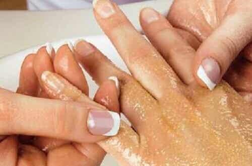 Käsien ja käsivarsien hoito ja kuorinta