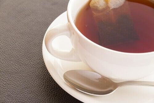 Musta tee on hyvin kofeiinipitoista.
