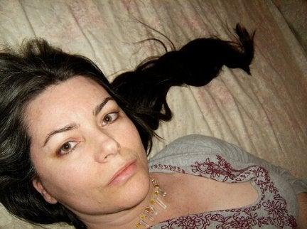 tummat hiukset kasvamaan