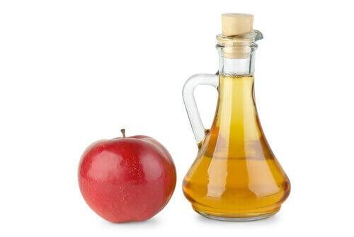 Omenaviinietikasta on apua kynsienhoidossa.