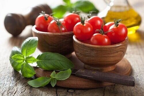basilikaa ja tomaatteja