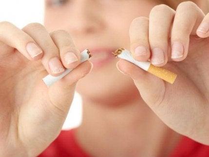 Tupakointi lisää riskiä sairastua haimasyöpään.