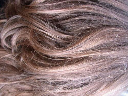 Hoitoja värjätyille tai vahingoittuneille hiuksille
