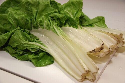 9 puhdistavaa smoothieta - smoothie lehtimangoldista.