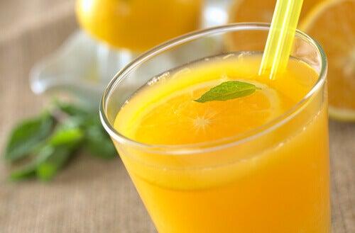 myrkkyjä poistava appelsiinimehu