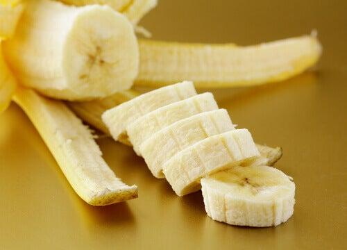 näin kuorit ihon banaanilla