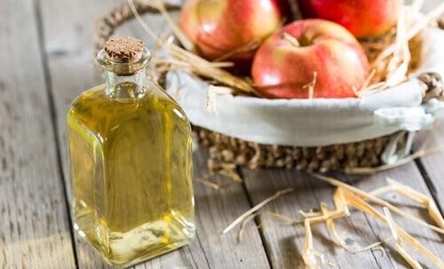 Palauta hiusten kiilto omenaviinietikan avulla.