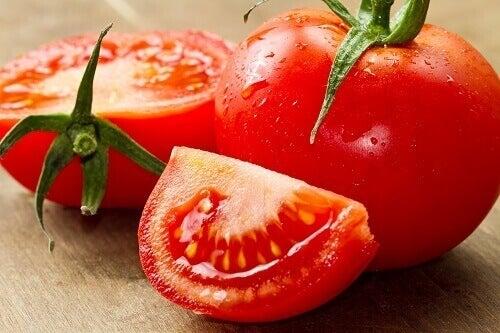 tomaattilohko ja tomaatteja