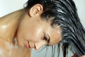 Käytä olutta ja kananmunaa hiusten vaalentamiseen.