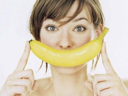 naisella on banaani suun edessä