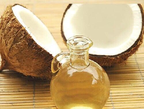 Kookosöljy auttaa mm. lievittämään vatsakramppien aiheuttamaa kipua.