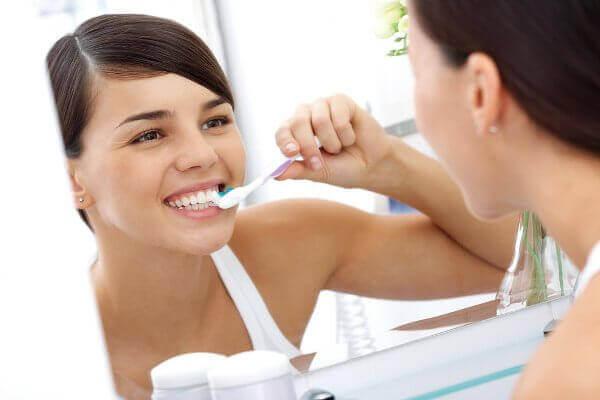 eroon haisevasta hengityksestä, huolehtimalla hygieniasta